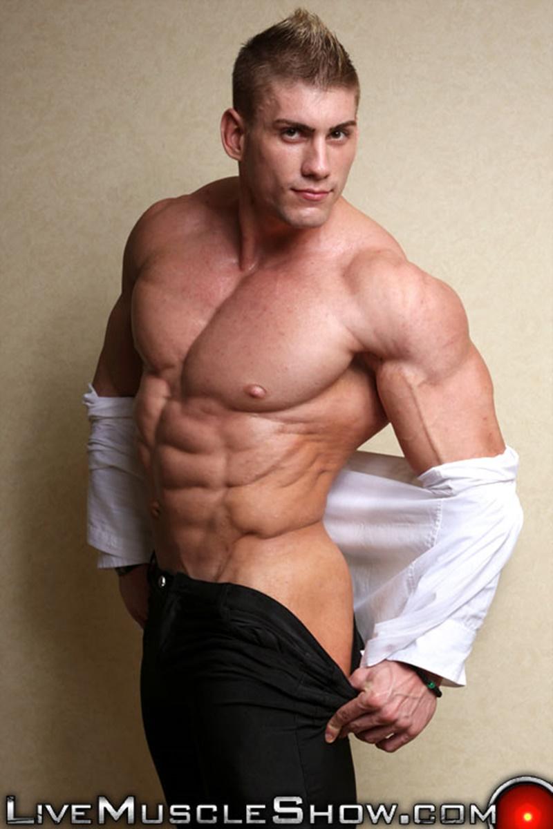 Massive naked muscle bodybuilder Sven Gronstrom strips naked on cam