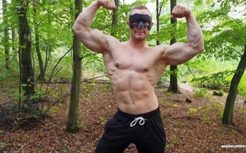 Big muscle dude Maskurbate Zahn strokes his uncut dick outdoors in just a mask